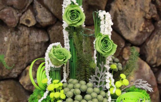 Креативная композиция из роз, амаранта, мха, брюнии и листьев цинерарии