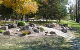 Альпийская горка в детском парке, где мы использовали малотребовательные растения