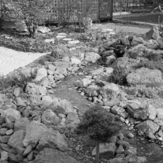 Искусственный ручей с каменистым садиком